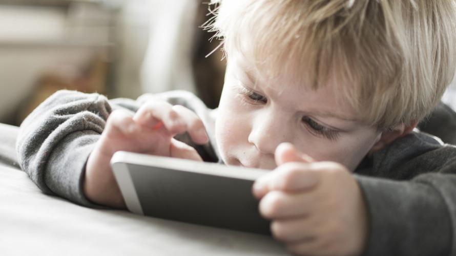 """Dzieci są na smyczy urządzeń. Czas zacząć bić na alarm"""""""